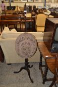MAHOGANY POLE SCREEN FITTED WITH AN OVAL NEEDLEWORK PANEL RAISED ON THREE CABRIOLE LEGS, 42CM HIGH