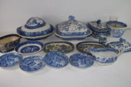 VARIOUS 19TH CENTURY BLUE AND WHITE CHINA WARES TO INCLUDE WILLOW PATTERN TUREEN, SMALL DAVENPORT