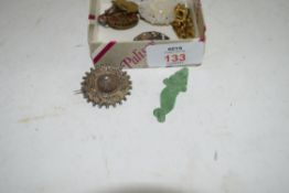 MIXED LOT: VARIOUS WHITE METAL BROOCHES, SMALL MOTHER OF PEARL PENDANT ETC