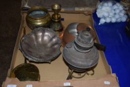 MIXED LOT: VARIOUS METAL WARES TO INCLUDE BRASS CHESTNUT ROASTER, OIL LAMP, SILVER PLATED TABLE