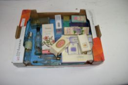 MIXED LOT: VARIOUS VINTAGE PERFUMES AND PERFUME BOTTLES TO INCLUDE YARDLEY ETC