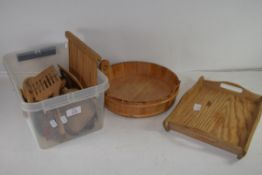 MIXED LOT: VARIOUS TREEN WARES TO INCLUDE SPOONS, ROLLING PASTRY DECORATOR AND WOODEN TRAYS