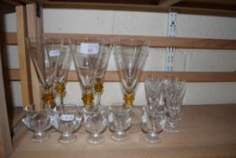 MIXED LOT: VARIOUS DRINKING GLASSES TO INCLUDE A SET OF SIX CLEAR AND AMBER GLASS FLUTED WINES