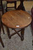 20TH CENTURY OAK CIRCULAR COFFEE TABLE ON TURNED LEGS, 48 X 53CM WIDE