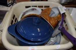 LAUNDRY BASKET CONTAINING KITCHEN WARES