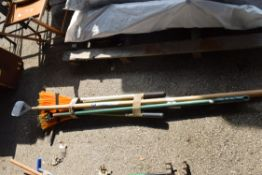 QTY OF GARDEN TOOLS TO INCLUDE BRUSHES, RAKES AND EDGERS