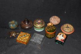 Mixed lot comprising various small pill and trinket boxes to include polished stone examples, turned