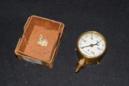 Small brass cased pressure gauge measuring up to 200lbs per sq in, 5.5cm diam