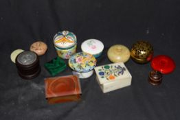 Mixed lot various pill and trinket boxes to include a polished malachite example, a polished onyx