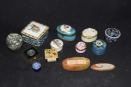Mixed lot comprising various small pill and trinket boxes to include floral porcelain examples, plus