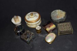 Mixed lot comprising small pill and trinket boxes to include mother of pearl mounted examples,