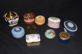 Mixed lot comprising various small trinket boxes to include Wedgwood jasperware and several hand