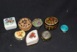 Mixed lot of small pill boxes and trinket boxes, to include black lacquered finish example,