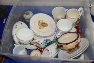 BOX OF MIXED CERAMICS TO INCLUDE ROYAL COMMEMORATIVE MUGS AND PLATES, REPRODUCTION WORCESTER TEA