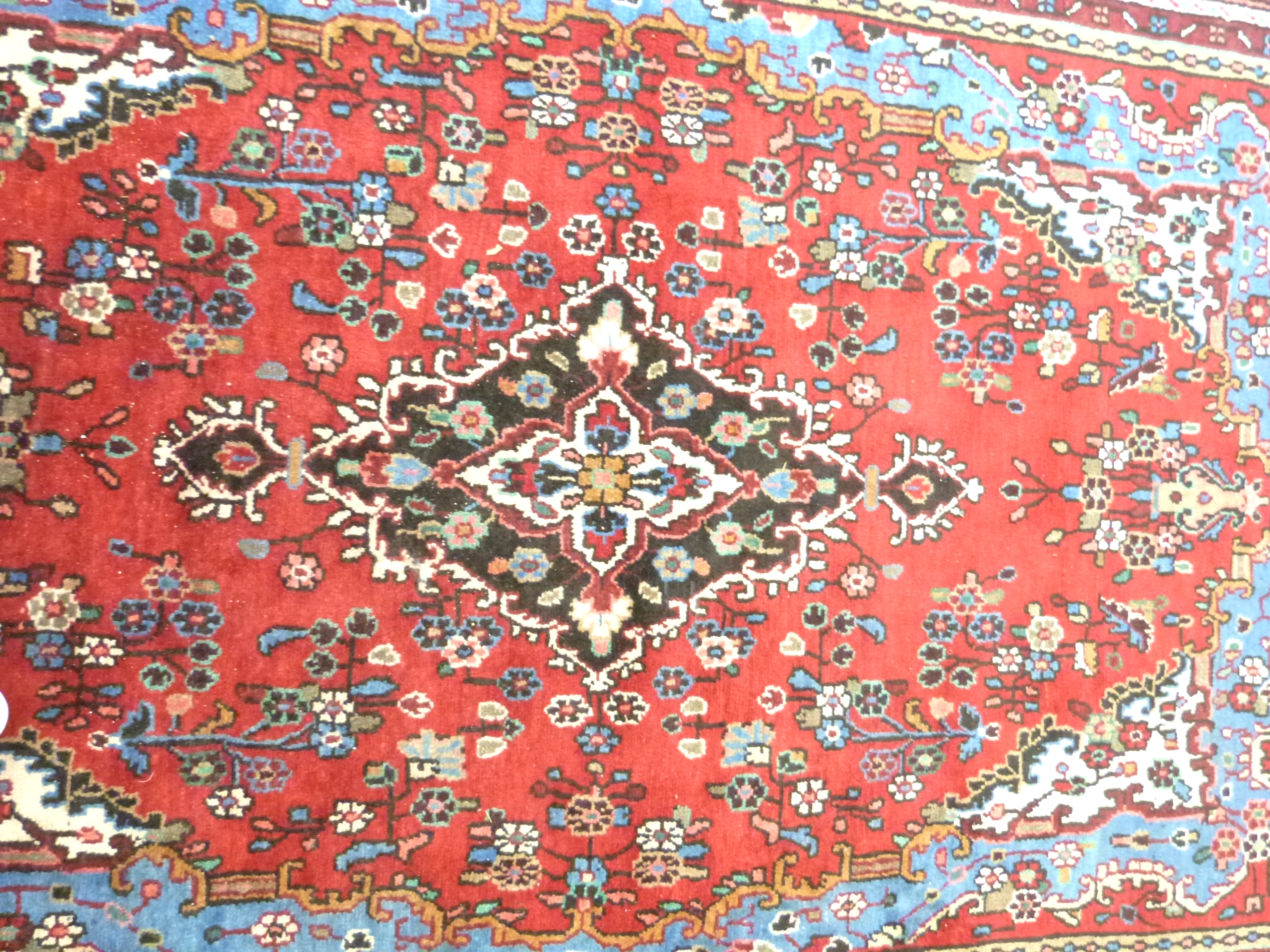 Rich red ground full pile Persian Serouke Carpet, floral medallion design 296cm x 200cm - Image 6 of 8