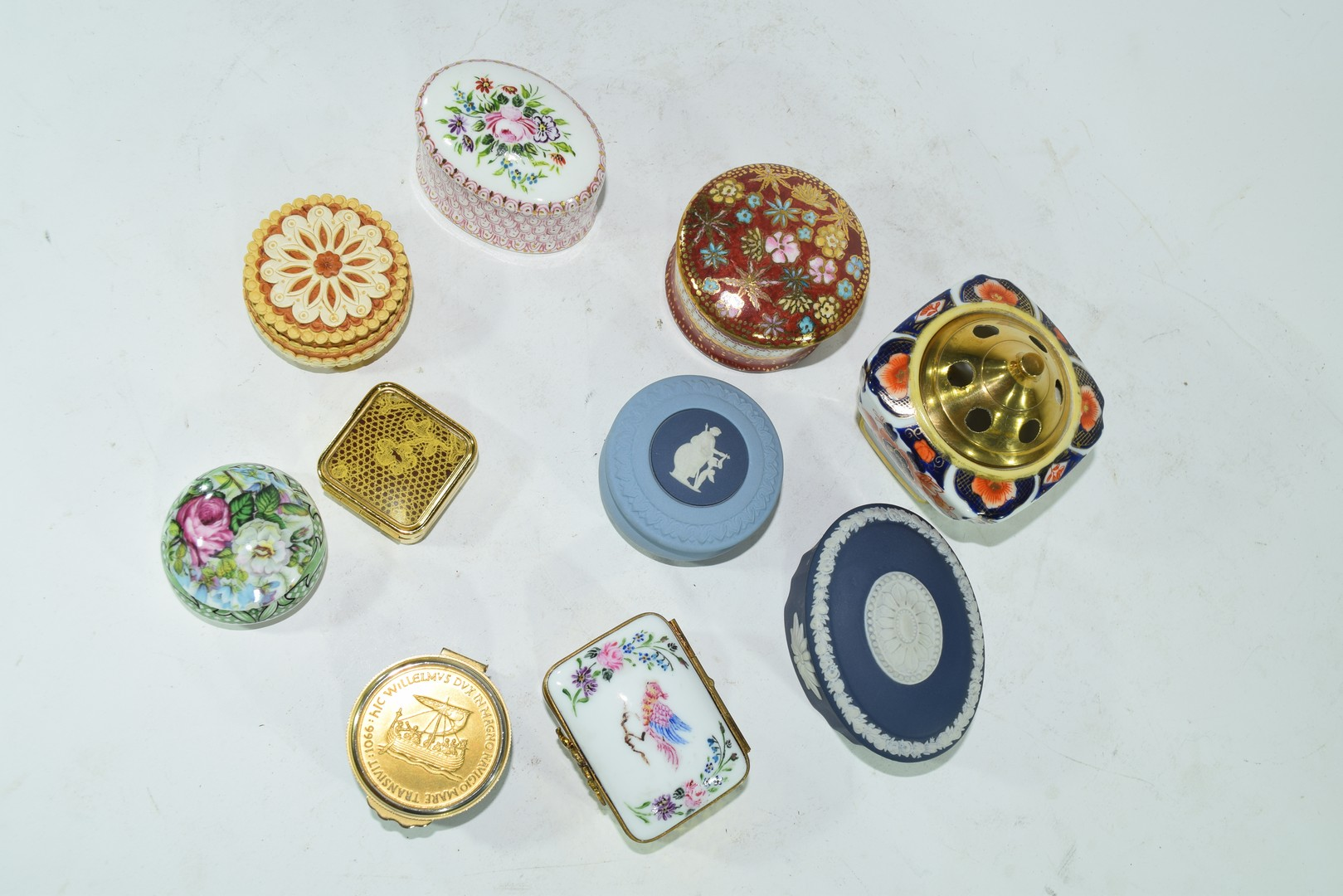Various small trinket boxes to include Wedgwood jasperware