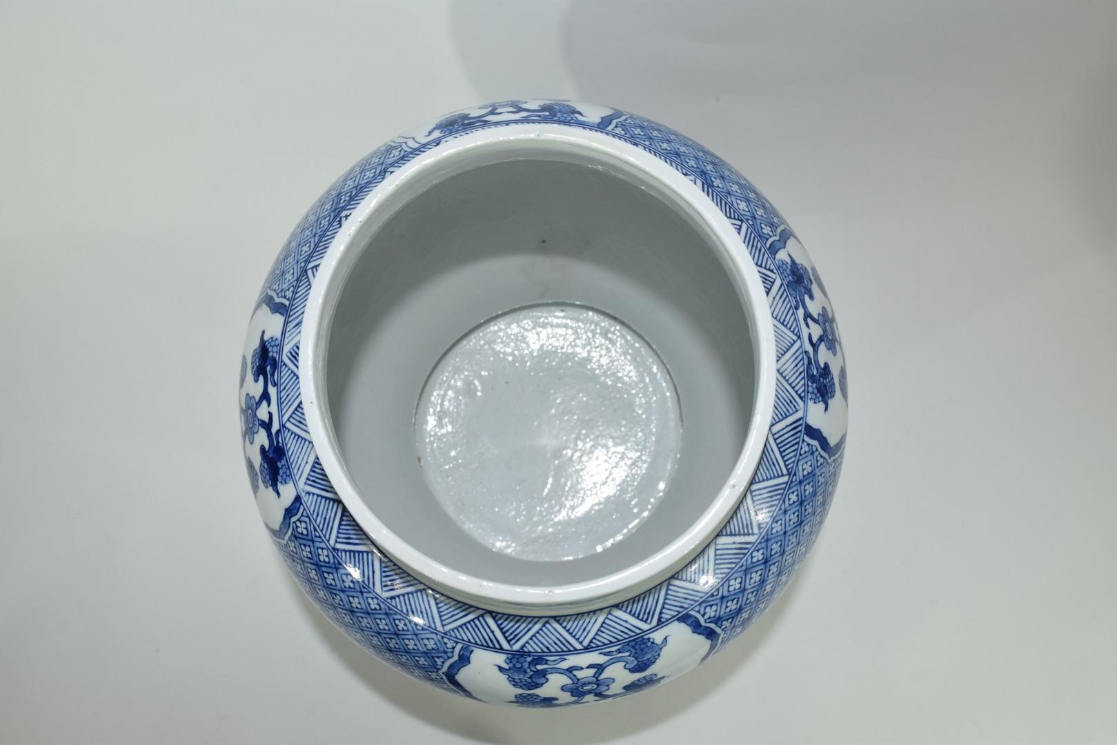 Large Chinese porcelain jar - Image 6 of 7