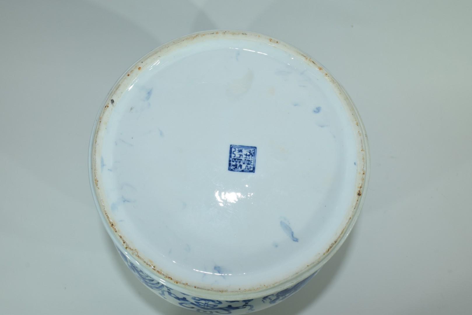 Large Chinese porcelain jar - Image 7 of 7