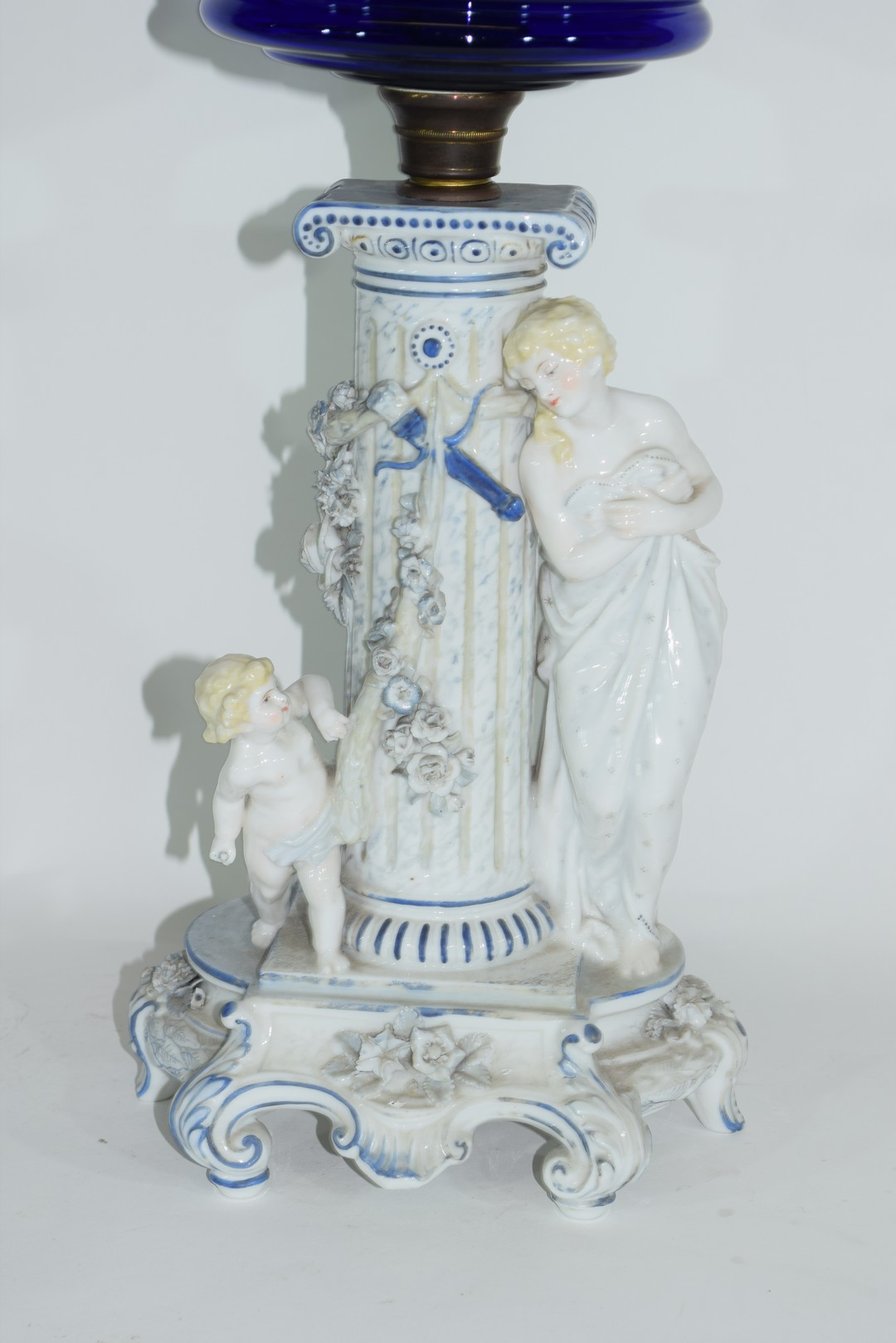 Oil lamp with blue glass reservoir - Image 2 of 6