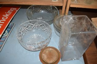 MIXED LOT COMPRISING CLEAR GLASS BOWLS AND VASES