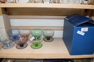 MIXED LOT COMPRISING COLOURED SUNDAE GLASS DISHES AND A BOX OF WINE GLASSES