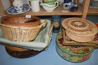 MIXED LOT COMPRISING PLACE MATS, TRAYS, BASKETS ETC