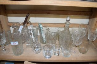 MIXED LOT COMPRISING CLEAR GLASS WARES TO INCLUDE DECANTER, JUG, DRINKING GLASSES ETC