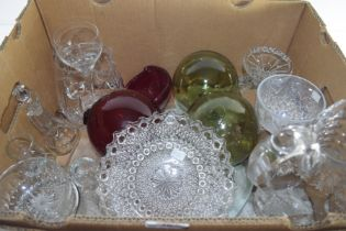 BOX CONTAINING GLASS WARES TO INCLUDE CUT GLASS JUG, FISHING FLOATS ETC