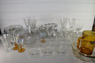 MIXED LOT OF GLASS WARES TO INCLUDE DRINKING GLASSES, BOWLS, BRITVIC JUG AND OTHER ITEMS