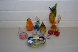 MIXED LOT OF GLASS ORNAMENTS TO INCLUDE MDINA, MDINA SEA HORSE, MURANO GLASS FISH, MODEL PEARS,