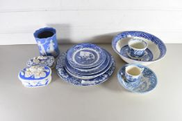 MIXED LOT OF VARIOUS BLUE AND WHITE CHINA WARES TO INCLUDE A RANGE OF WILLOW PATTERN, BISQUE COVERED