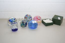 COLLECTION OF GLASS PAPERWEIGHTS TO INCLUDE LANGHAM, MURANO AND OTHERS