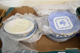 MIXED LOT OF BLUE AND WHITE TABLE WARES TO INCLUDE A PAIR OF THOMAS GOODE & CO LONDON DOUBLE HANDLED