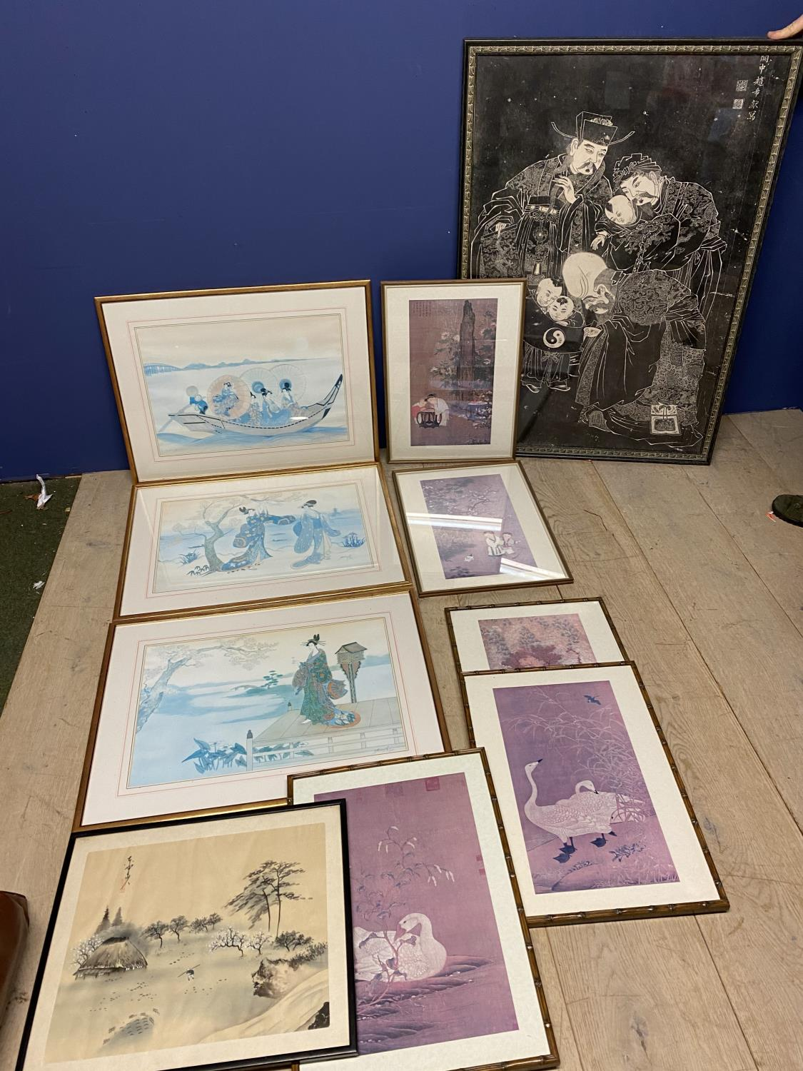 A quantity of Japanese and Chinese coloured prints, including a set of 3 - Image 2 of 16