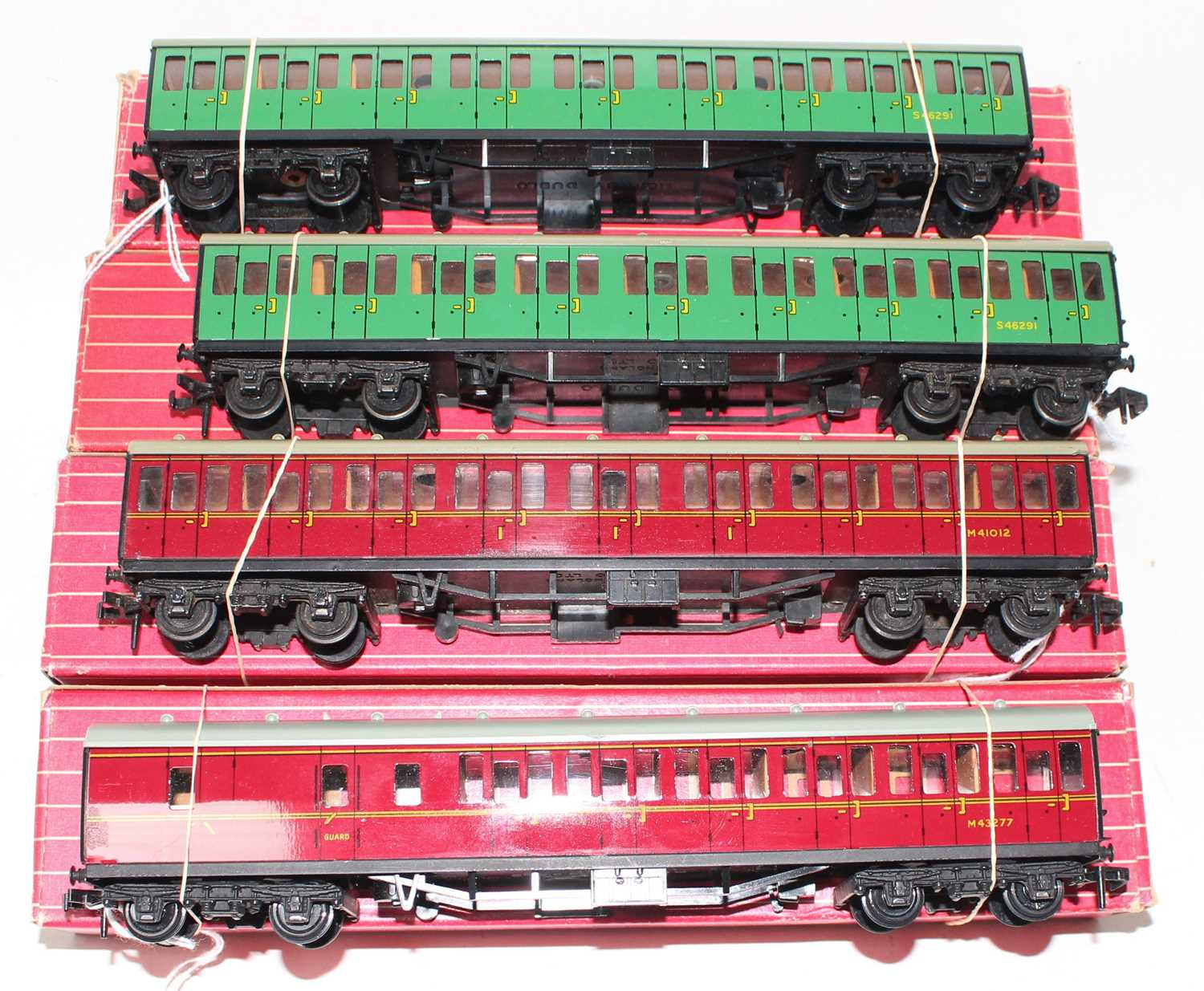 Four Hornby-Dublo suburban coaches: 4081 BR(S) green 2nd class (NM-BE); another (VG-BP); 4083 1st/