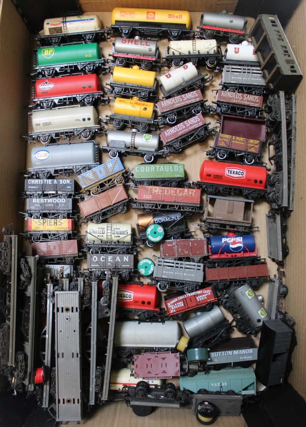 Large tray containing 100+ goods wagons by various makers - Image 3 of 3