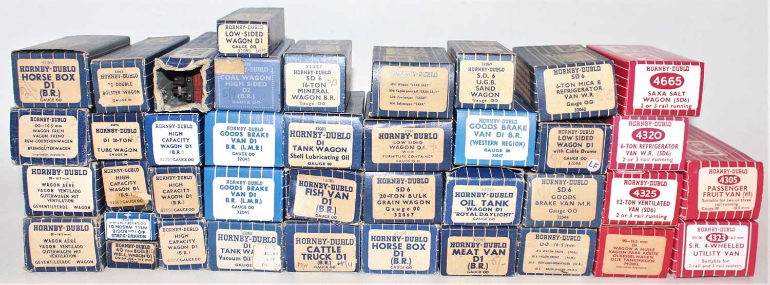 Tray of 40 Hornby Dublo wagons, mix of metal and plastic wheels, mixed box styles including
