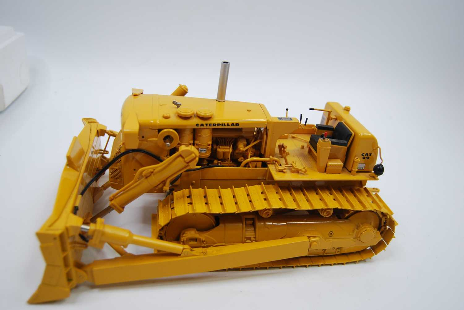 A First Gear Model No. 49-3172, boxed 1/25 scale diecast model of a Caterpillar D9E track type - Image 10 of 10