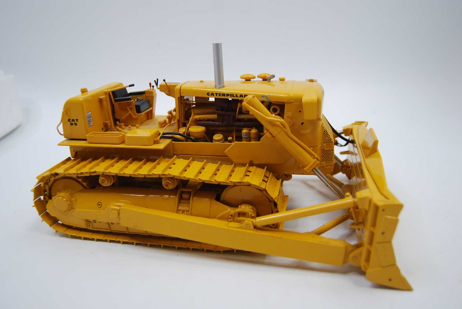 A First Gear Model No. 49-3172, boxed 1/25 scale diecast model of a Caterpillar D9E track type - Image 9 of 10