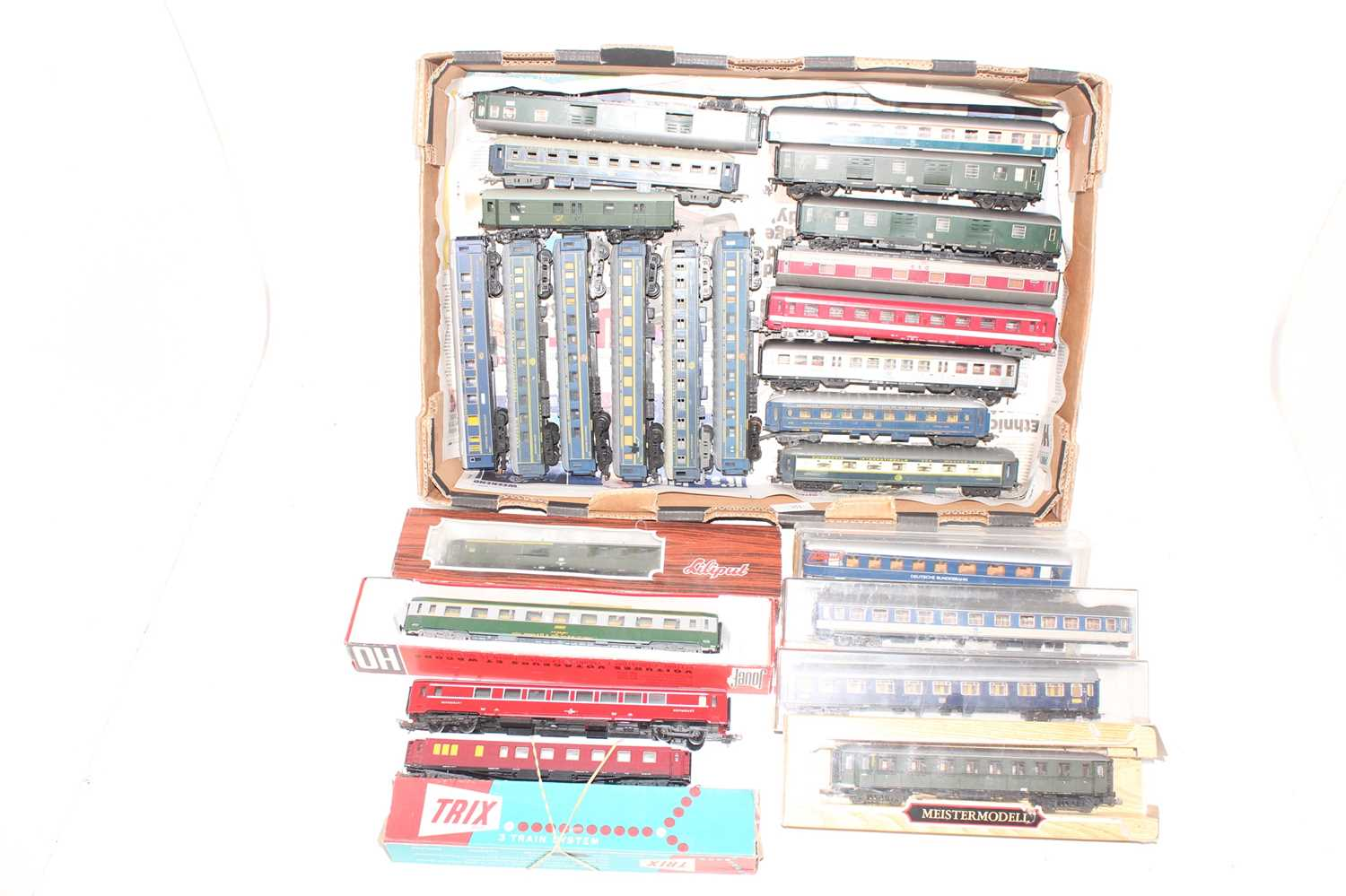 25 various boxed and loose H0 scale, mainly continental railway passenger coaches and coach
