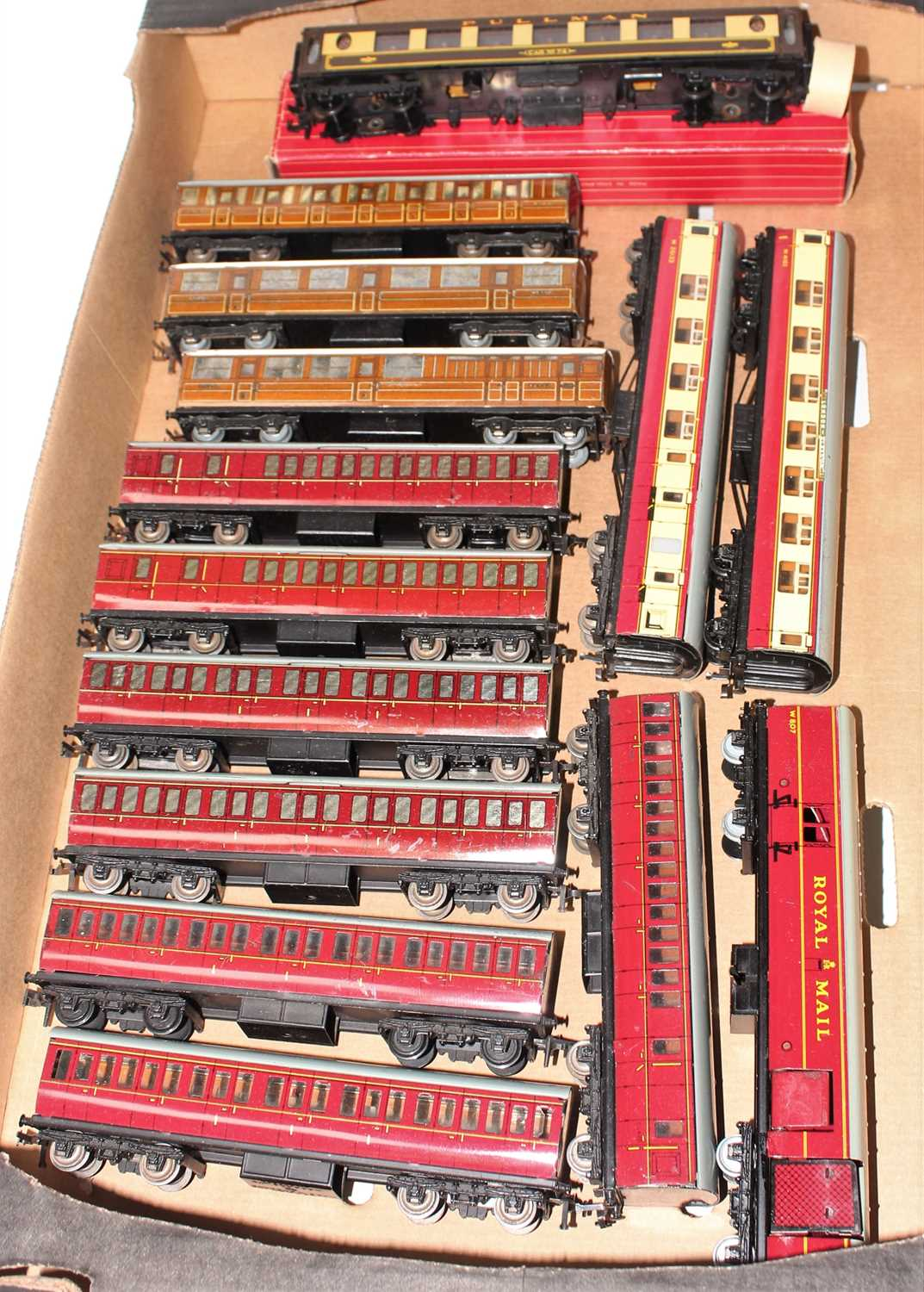 Tray of Hornby Dublo coaches, all tinplate except 4036 Pullman Car No.74 (NM-BE), 3x D1 Teak with