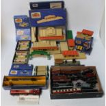 Large tray of Hornby Dublo items: 2x D1 through stations, one island platform, 2 signal cabins, 3