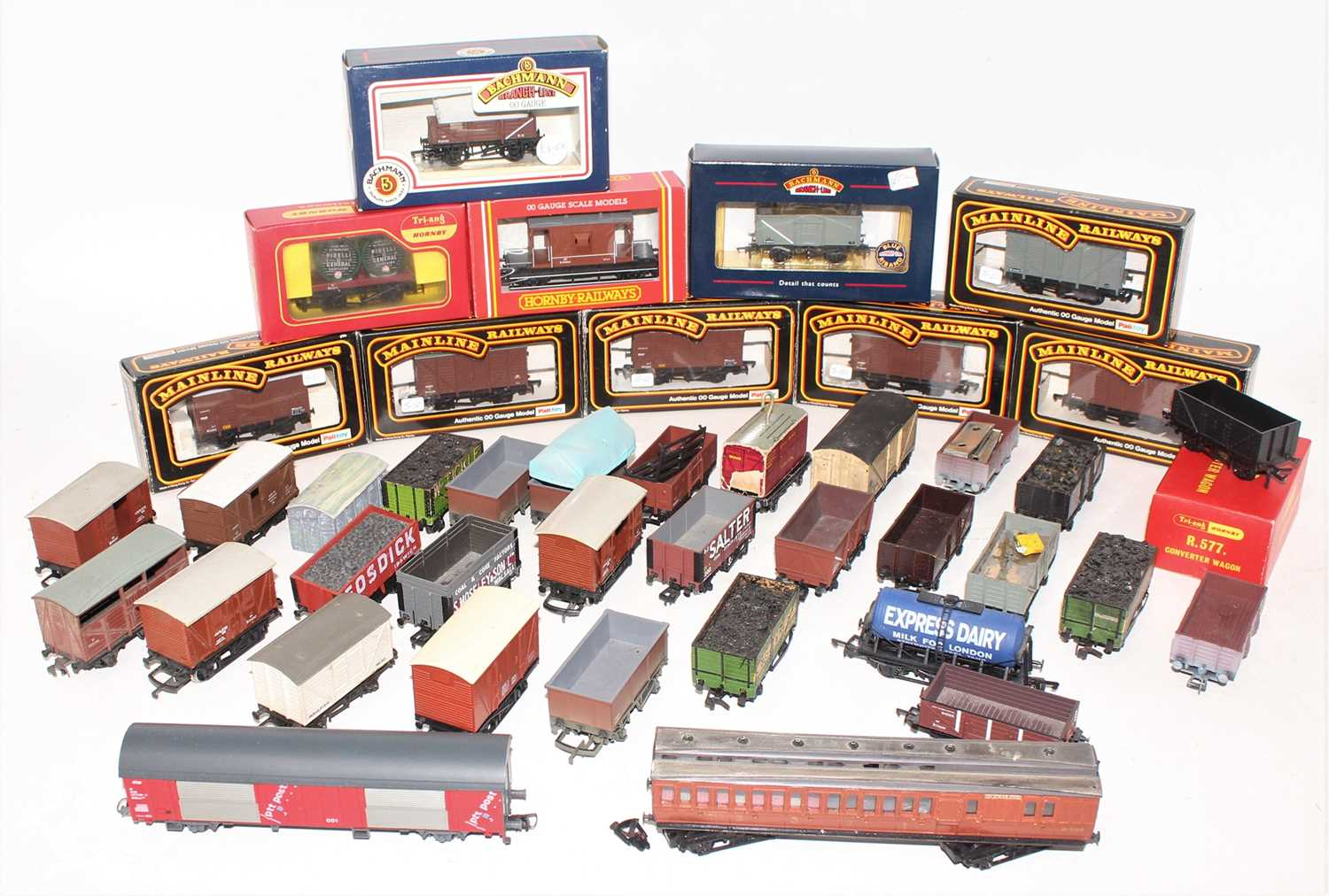 Tray of approx. 25 wagons, various makes, 12 boxed (NM-BNM), remainder loose (F-G)
