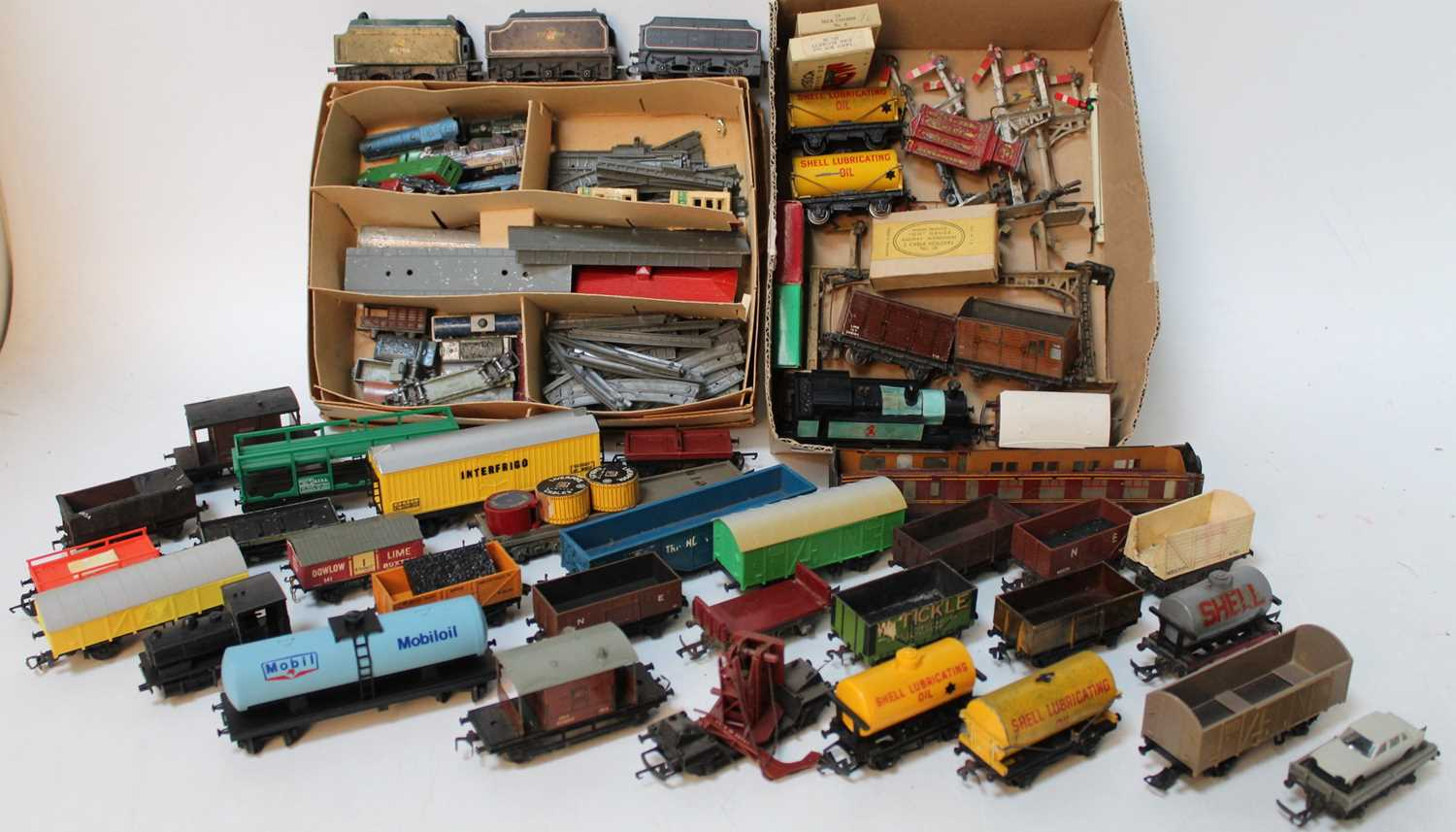 Four trays containing a quantity of various mixed 00 scale and Lonestar 000 gauge locomotives and