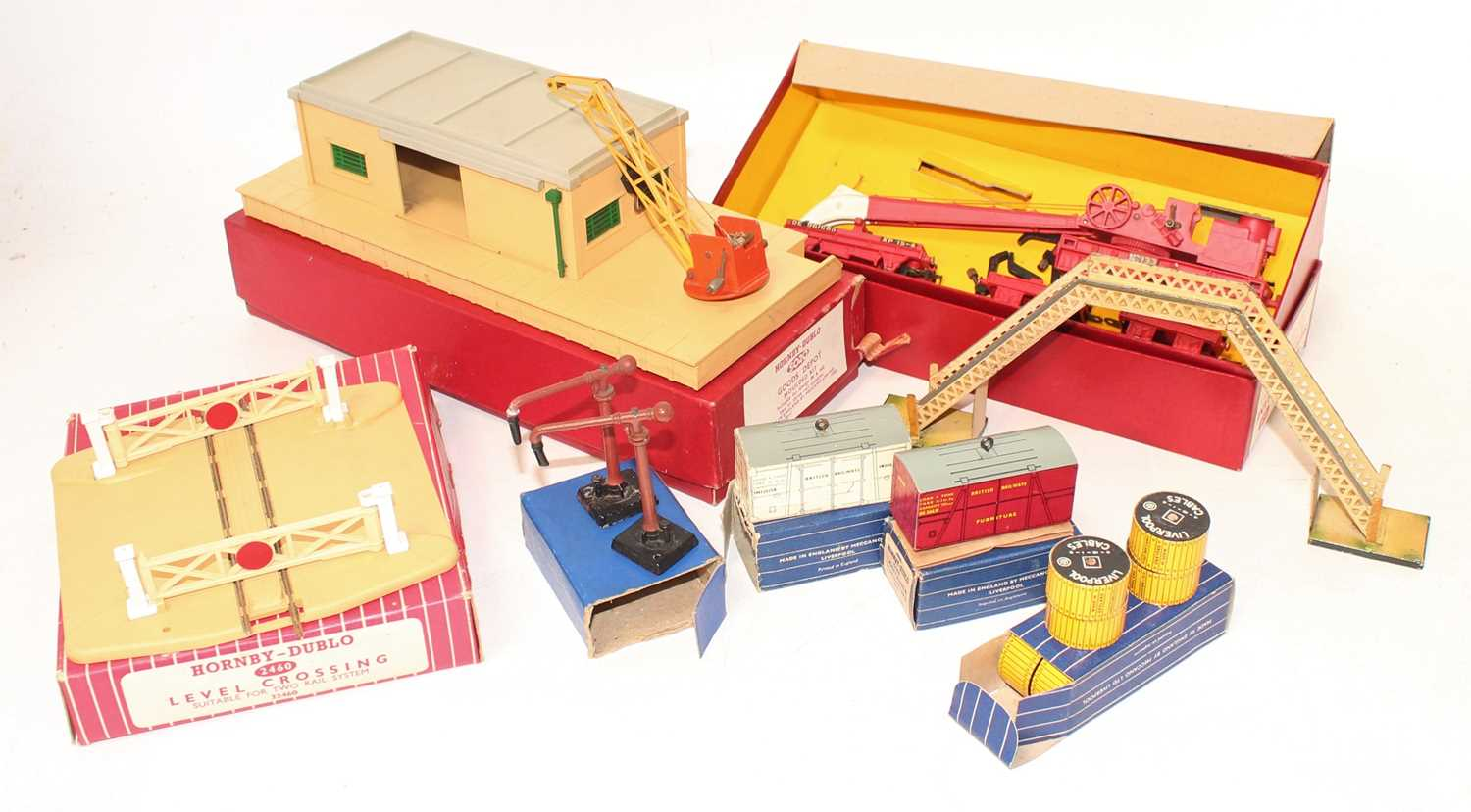 Small tray of Hornby Dublo accessories, including 4620 Breakdown Crane with all jacks, matt, in