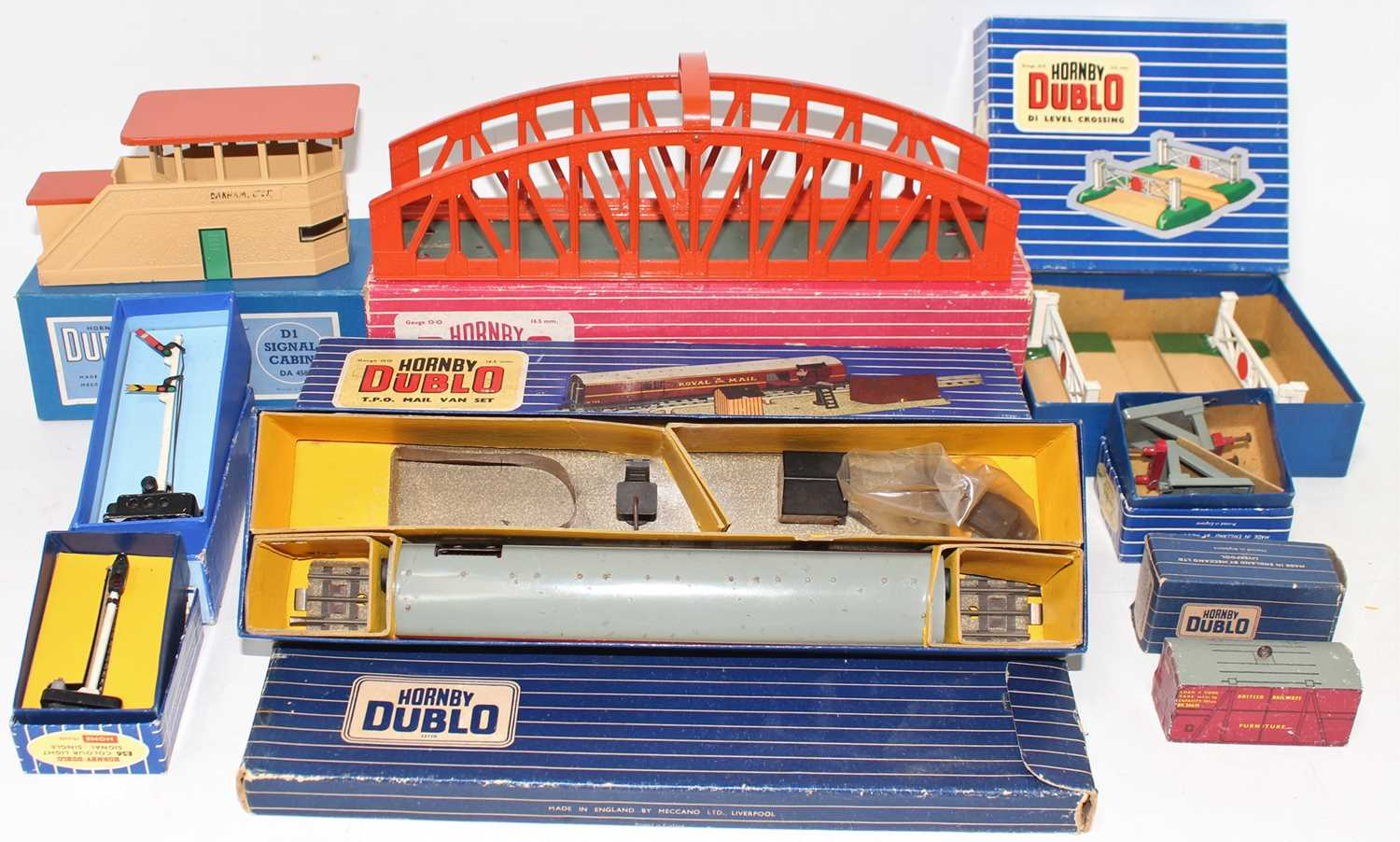 Tray containing Hornby-Dublo accessories: 5015 girder bridge (VG-BE); island platform extension (
