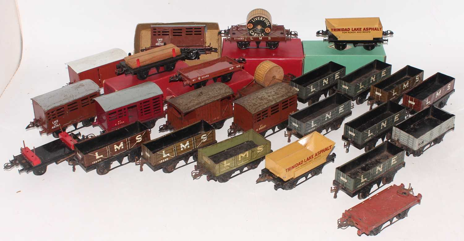 Large tray containing approx 26 mainly post-war Hornby goods wagons, 4 boxed, overall (G)