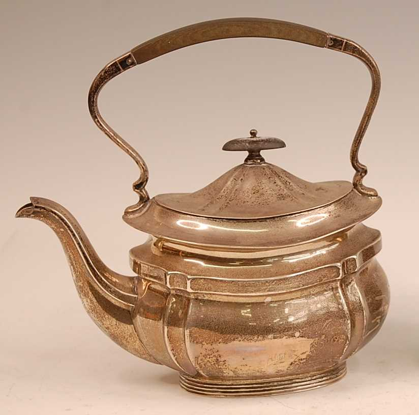A George V silver tea kettle, having ebony finial topped hinged dome cover, 23.4oz, maker Mappin &