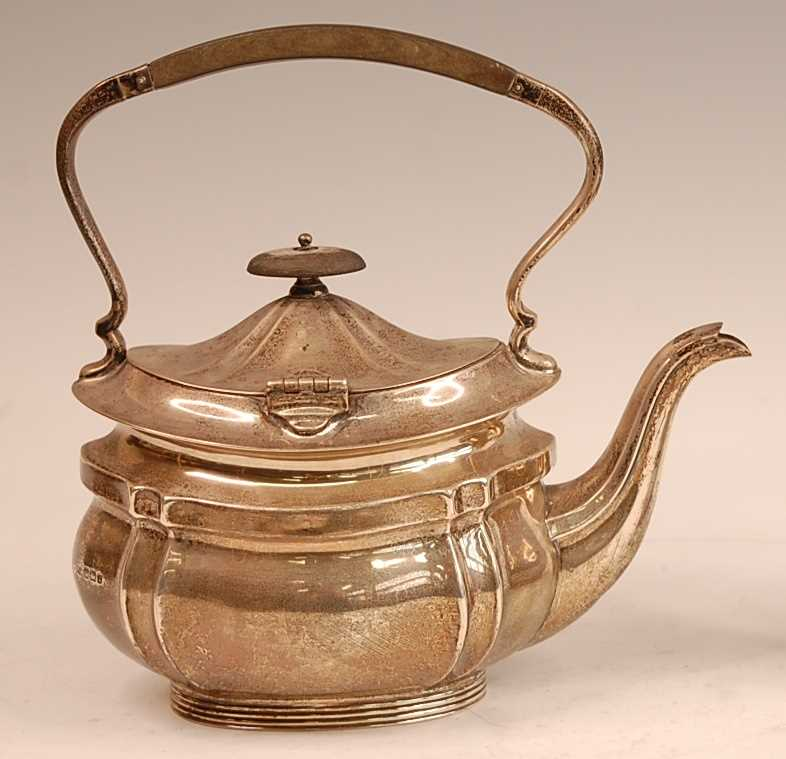 A George V silver tea kettle, having ebony finial topped hinged dome cover, 23.4oz, maker Mappin & - Image 3 of 3