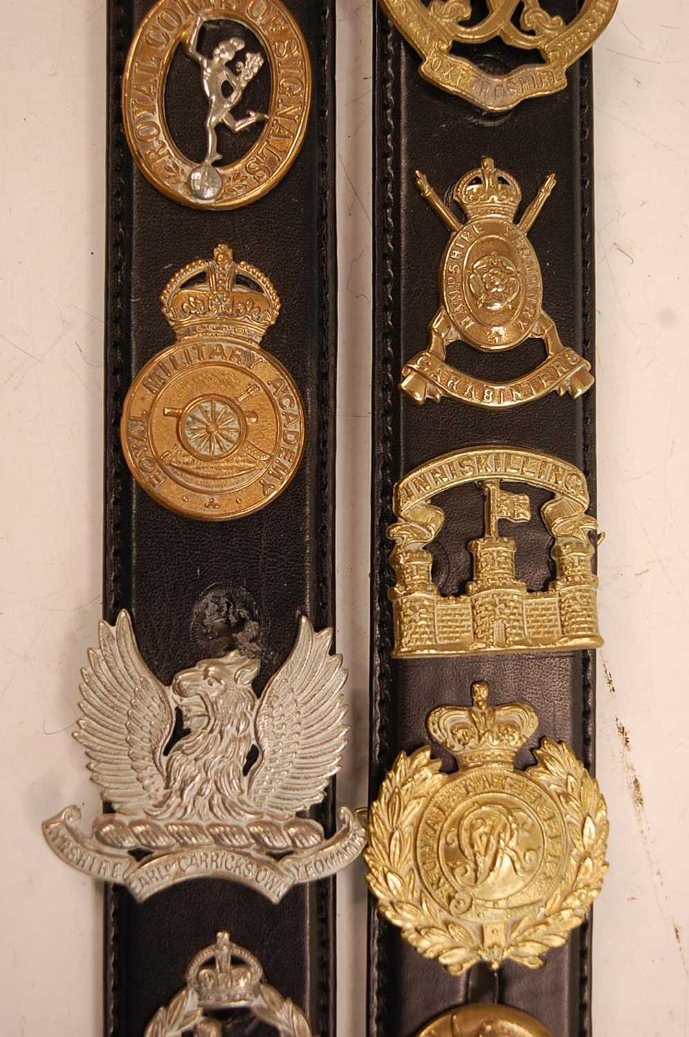 A collection of cap badges and insignia to include The Border Regiment, Cornwall Regiment, East - Image 8 of 9